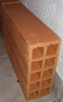 Utiliser La Scie Circulaire (coupeuse De Pierre) Sur Les Briques Trop  Longues Ou Trop Large.